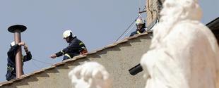 Los bomberos colocan la chimenea | EFE