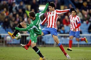 Diego Costa disputa un balón con Javi Chica. | Cordon Press