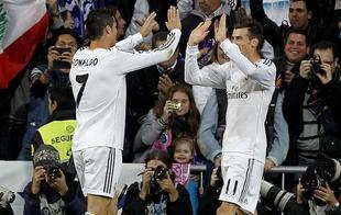Cristiano y Bale celebran uno de los siete goles del Madrid. | EFE