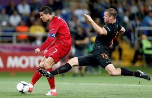 Cristiano Ronaldo controla el balón ante Vlaar. | EFE