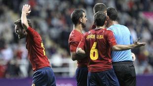 Los jugadores españoles protestan enfadados una acción del colegiado.   EFE