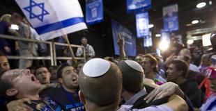 Partidarios de la formación de Netanyahu, celebrando los primeros sondeos. | Efe