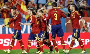 Los jugadores de la selección española felicitan a Negredo (d) por su gol a Georgia. | EFE