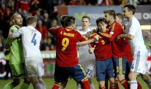 Tangana al final del partido en El Molinón. | EFE