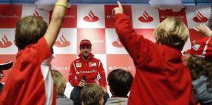 Fernando Alonso, durante un acto con niños organizado por su patrocinador. | EFE