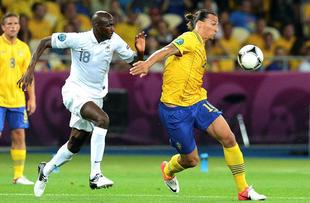 Ibrahimovic controla el balón ante Aliou Diarra. | EFE