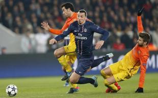 Ibrahimovic se lleva la pelota ante Piqué y Busquets. | EFE