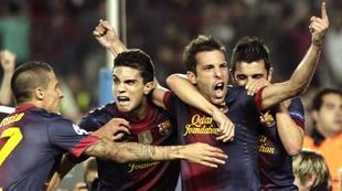 Jordi Alba es felicitado por su gol salvador al Celtic. | EFE