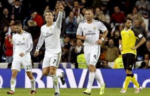 Cristiano Ronaldo celebra junto a Isco y Benzema uno de sus tres goles al Sevilla. | EFE