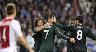 Cristiano Ronaldo es felicitado por su primer gol. | Cordon Press
