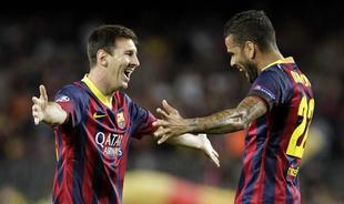 Messi celebra con Alves uno de sus tres goles al Ajax. | EFE