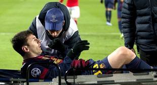 Leo Messi es retirado del campo en camilla. | EFE