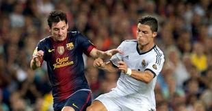 Messi pelea por un balón con Cristiano Ronaldo. | Archivo