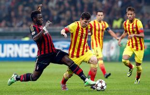 Messi se lleva la pelota ante Muntari. | Cordon Press