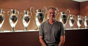 José Mourinho posa con las nueve copas de Europa. | Archivo