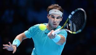 Rafa Nadal devuelve una bola a Djokovic durante la final de la Copa Masters. | EFE