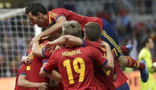 Los jugadores españoles felicitan a Navas por su gol ante Chile en el descuento.   EFE