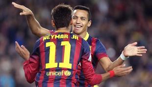Alexis (d) celebra su gol con Neymar, autor de la asistencia. | EFE