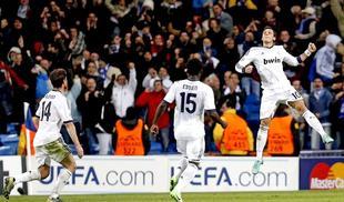 Özil celebra junto a Xabi Alonso y Essien su gol al Borussia Dortmund. | EFE