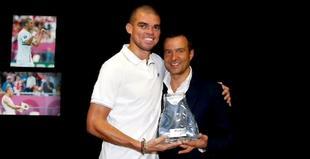 Pepe y el representante Jorge Mendes. | Foto: realmadrid.com