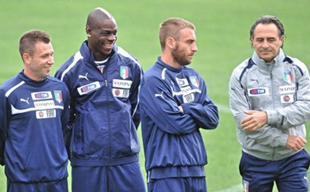 Cassano, Balotelli, De Rossi, tres de los futbolistas clave de Italia, junto a Prandelli, el seleccionador. | EFE