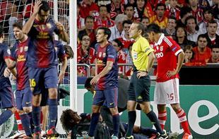 Caras serias en el Barcelona ante la lesión de Puyol en Lisboa. | EFE
