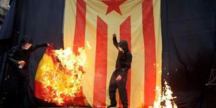 La extrema izquierda catalanista quemando banderas de España | Archivo