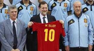 Mariano Rajoy posa con la selección. | EFE