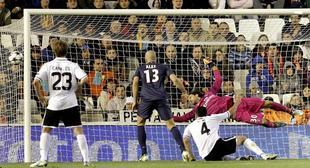 Rami bate a Sirigu para dar algo de vida al Valencia. | EFE