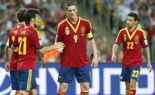 Torres es felicitado por uno de sus cuatro goles. | EFE