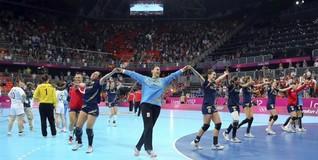 Las jugadoras celebran su éxito ante Corea. | EFE