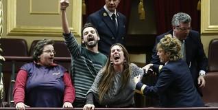 Varias de las personas que interrumpieron el Pleno | EFE