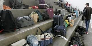 Un familiar pasa junto al equipaje de los pasajeros fallecidos. | EFE