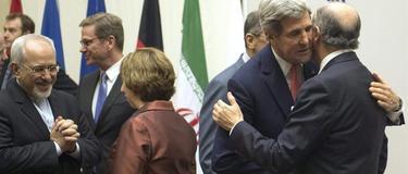 El secretario de Estado norteamericano John Kerry  abraza al ministro de exteriores francés Laurent Fabius tras el acuerdo con Irán | EFE