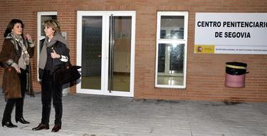Ongil y Aguirre en la puerta de la prisión   Efe