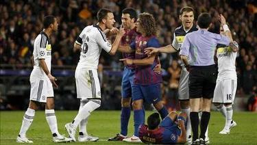Momento en que el árbitro Cuneyt Çakir expulsa a John Terry por su agresión a Alexis Sánchez.