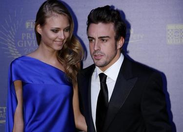 Fernando Alonso, llega con Kapustina, la modelo rusa Dasha Kapustina, a la gala de entrega de premios de la FIA en Estambul | EFE