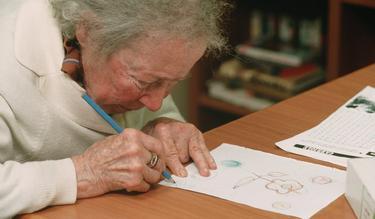 Enferma de Alzheimer en un centro médico de atención | Cordon Press