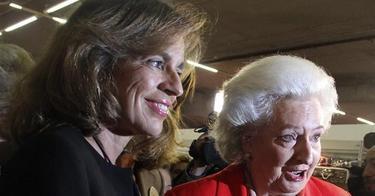 La alcaldesa, que no irá a la Comisión, con la Infanta Pilar en el Rastrillo | EFE