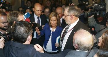 Ana Mato, rodeada de cámaras | EFE