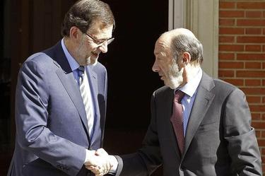 Rajoy saluda a Rubalcaba antes de reunirse | EFE