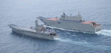El R11 Príncipe de Asturias navegando junto al L61 Juan Carlos I. | Archivo