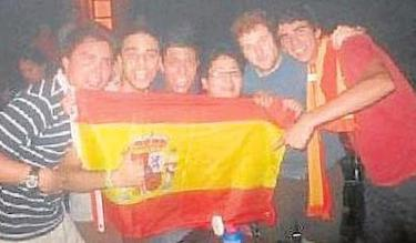Artur Mas Junior, a la izquierda en la foto publicada en Facebook | ABC