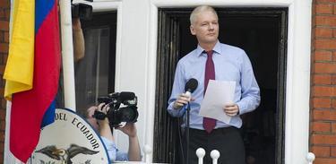 Assange, en el balcón de la Embajada | EFE