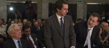 Aznar y Rajoy, ante la atenta mirada de Vargas Llosa | David Mudarra/FAES