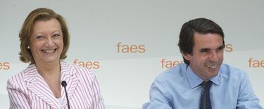 La presidenta Rudi, junto a Aznar, en el campus de verano | FAES