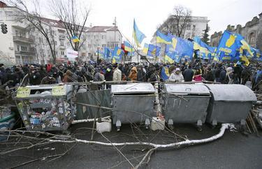 Miles de personas levantaron barricadas para bloquear los edificios oficiales   Efe