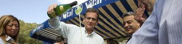 Basagoiti escancia un vaso de sidra en la Feria Agrícola y Ganadera de Angosto   EFE