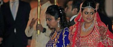 Shristi Mittal lucía un vestido de tonos fucsia.   Efe