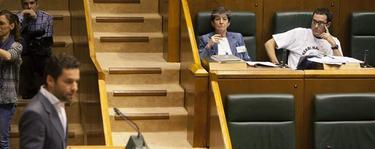 Borja Sémper en la tribuna. Los electos de EH Bildu con camisetas de apoyo a una etarra. | EFE